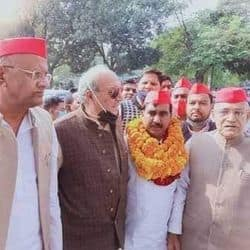 सपा प्रत्याशी शमशाद अली ने स्नातक निर्वाचन क्षेत्र के लिए नामांकन दाखिल किया.