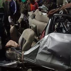 पीजीआई इलाके में शहीद पथ के पास एक स्विफ्ट डिजायर कार और बस में भयंकर टक्कर हो गई.