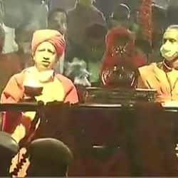 मुख्यमंत्री योगी आदित्यनाथ ने सरयू तट पर आरती की.