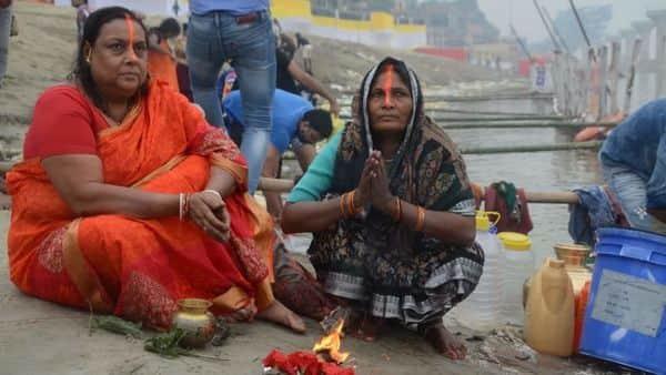 छठ पूजा के दूसरे दिन घाट खरना पर पूजा करती हुए महिलाएं.