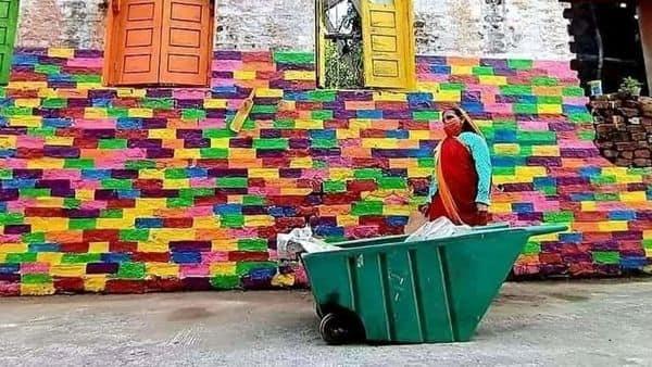 सबसे स्वच्छ शहर इंदौर को स्वच्छ बनाये रखने के लिए कार्यरत सफाईकर्मी