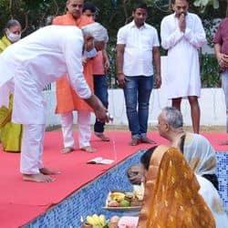 सीएम आवास पर मुख्यमंत्री नीतीश कुमार ने परिवार के साथ छठ पूजा की.