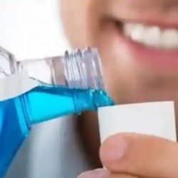 हिंदुस्तान यूनिलीवर कंपनी का दावा है कि माउथवॉश से कुल्ला करने पर 99.9 फीसदी कोरोना वायरस खत्म हो जाएगा.