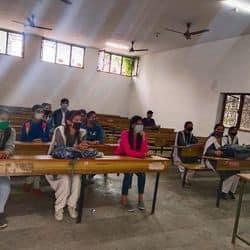 शहर के एक कॉलेज में उपस्थित विद्यार्थी