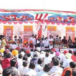 भारी भीड़ के बीच लोगों के बीच यूं मौजूद रहे मंत्री रघु शर्मा