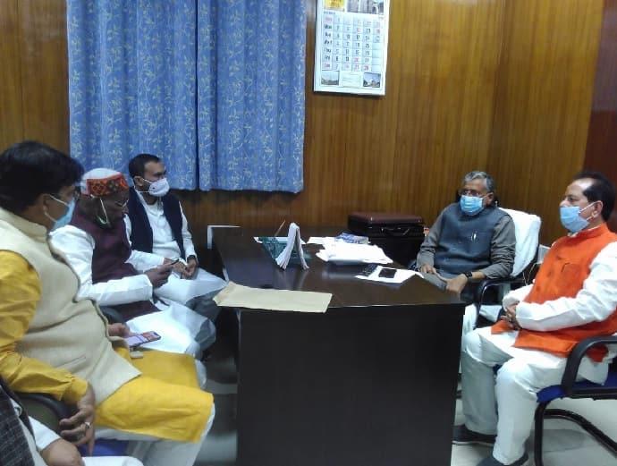 आचार समिति के अध्यक्ष सुशील मोदी के साथ बीजेपी नेता विजय सिंहा. सुशील मोदी बैठक में विजय सिंहा को विधानसभा का स्पीकर बनाने के लिए चर्चा करते हुए.