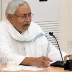 तेजस्वी यादव की टिप्पणी पर बोलते हुए मुख्यमंत्री नीतीश कुमार ने कहा है कि वो कुछ भी बोलता है.(फाइल फोटो)