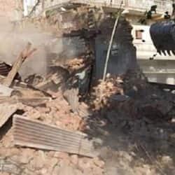 इंदौर में जमीन अतिक्रमण कर बनाए गए मकान को तोड़ती नगर निगम की टीम