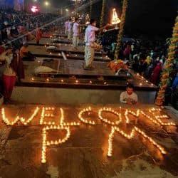 प्रधान नरेंद्र मोदी के स्वागत में 101 दियों से वेलकम पीएम लिखा गया है.