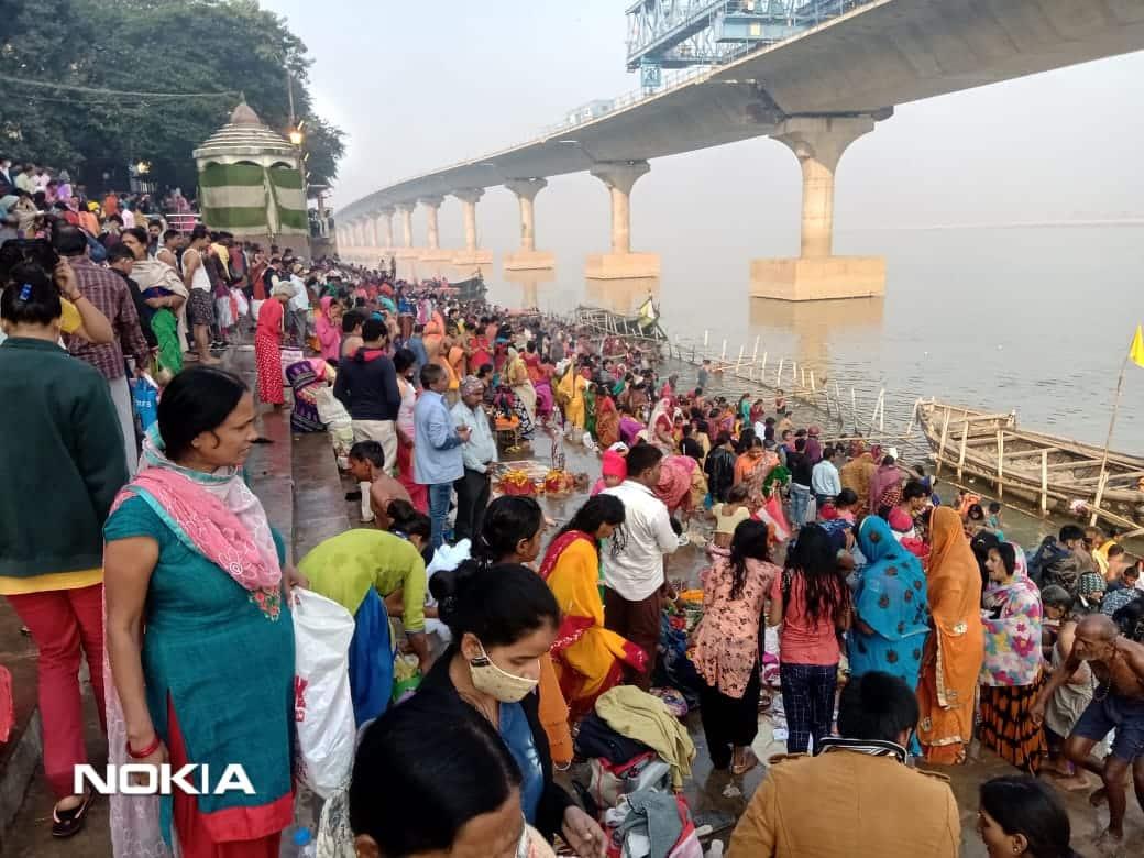 गांंधी घाट पर उमड़ी श्रद्धालु की भीड़, प्रशासन द्वारा लोगों की सुरक्षा के बांस लगाए गए