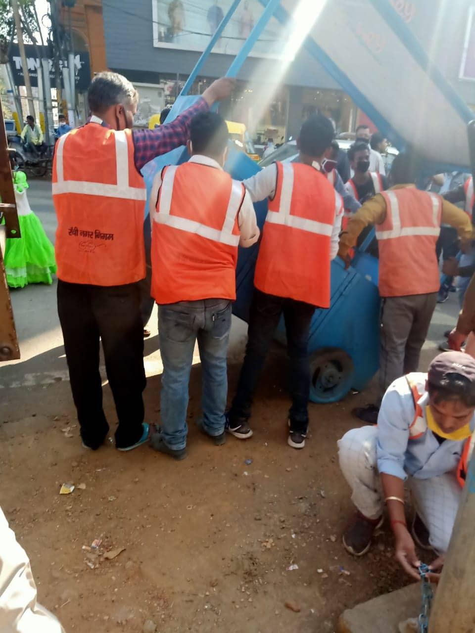 चेकिंग अभियान के दौरान नगर निगम कर्मी सड़क पर लगे अतिक्रमण को हटाते हुए