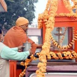 सीएम योगी आदित्यनाथ ने महाराणा प्रताप शिक्षा परिषद के संस्थापक समारोह के लिए सोमवार को मंदिर से अखंड ज्योति को एमपी कॉलेज तक के लिए रवाना किया.