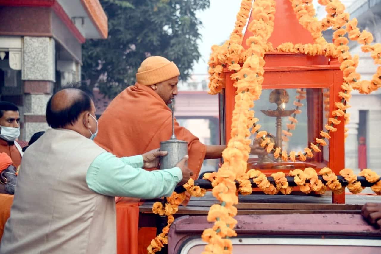 अखंड ज्योति को एमपी कॉलेज के लिए रवाना करने से पहले सीएम योगी ने मंदिर में आए फरियादियों से मुलाकात की उसके बाद वह कॉलेज के लिए रवाना हुए