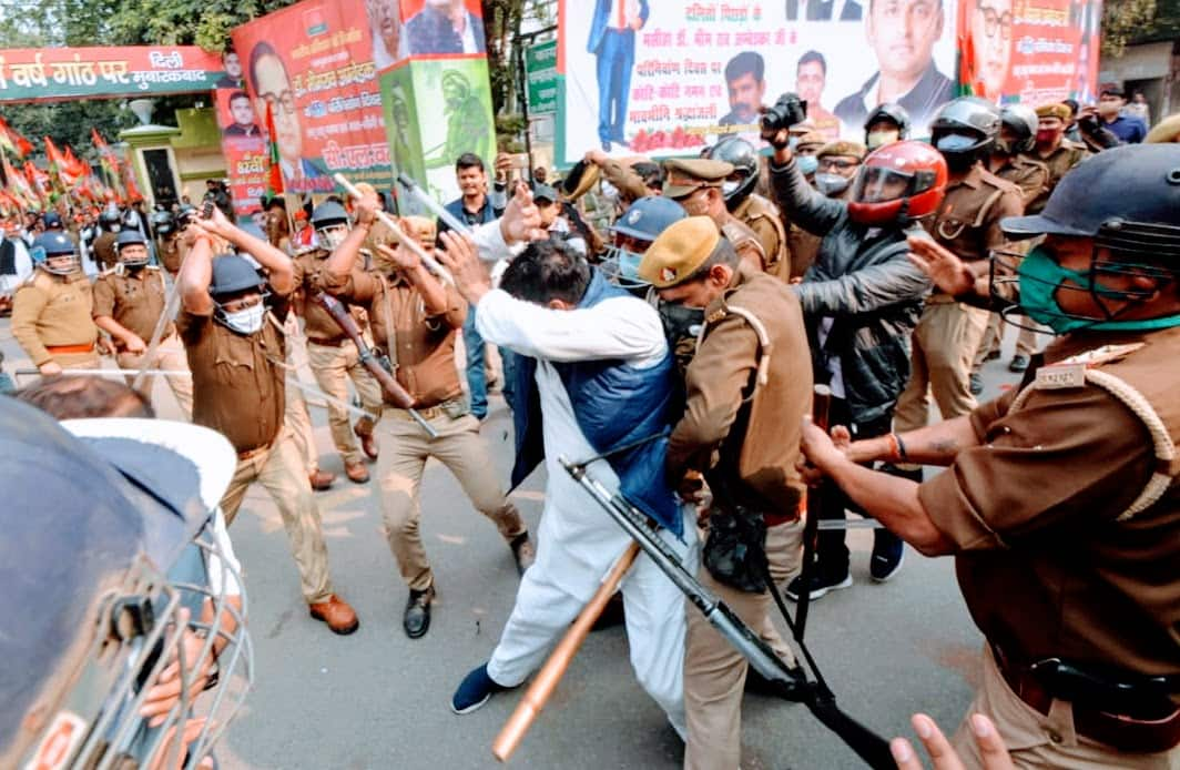 पुलिस द्वारा सपा कार्यकर्ताओं और पुलिस के बीच हुई इस झड़प में कई पार्टी समर्थकों के साथ कई पुलिस कर्मियों को भी छोटी मोटी छोटे आयी