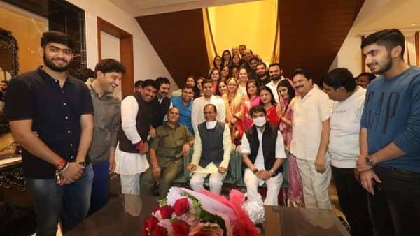 शादी वाले घर के मेंबर्स के साथ फोटो खिंचवाते मुख्यमंत्री व श्री सिंधिया