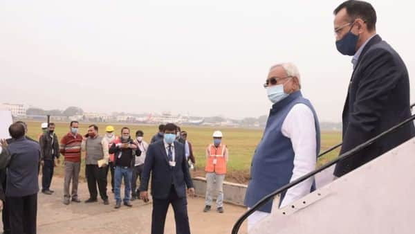 अपने निजी विमान से बाहर आते नीतीश कुमार