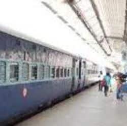 ट्रेन के दोबारा संचालित होने पर राजधानी के रेलवे स्टेशन पर यात्रियों का दबाव में कमी आएगी.