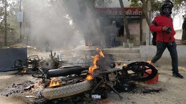 गांव वालों ने थाने में खड़े वाहनों के आग के हवाले कर दिया.