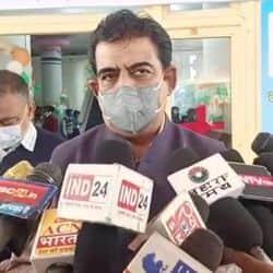 पत्रकारों से बातचीत करते सांसद शंकर लालवानी