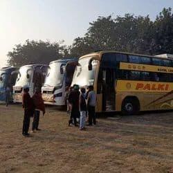 रूमा स्थित आचार्य रघुवीर इंटर कॉलेज में बसों को खड़ा करवाकर किसानों के रुकने की व्यवस्था प्रशासन ने करवाई है।
