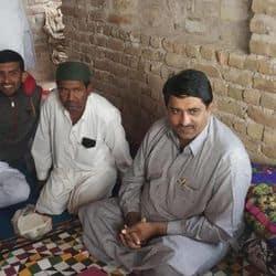 ग्रामीण क्षेत्र के दौरे के दौरान मंत्री शाले मोहम्मद
