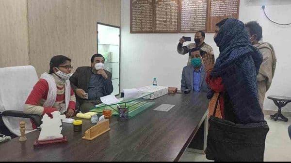 बालिका दिवस पर कानपुर में मधु यादव ने डीएम ऑफिस में एक दिन के लिए कार्यभार संभाला.