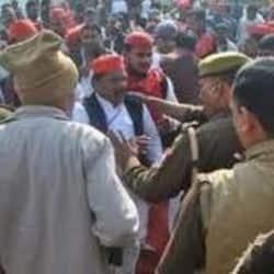 सपा कार्यकर्ताओं को पुलिस ने रोका.( सांकेतिक फोटो )