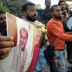 BHU में PM मोदी के पोस्टर फूंकने पर AISA और ABVP के छात्रों में मारपीट, हंगामा