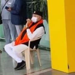 प्रधानमंत्री नरेन्द्र मोदी लखनऊ के अमौसी एयरपोर्ट पर धरने पर बैठे.