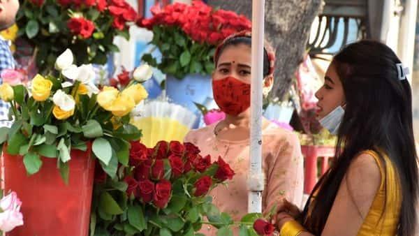 वाराणसी में वैलेंटाइन डे पर अपने पार्टनर के लिए फूल खरीदतीं लड़कियां.