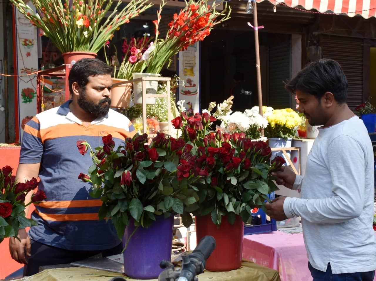 वैलेंटाइन डे पर प्यार का इजहार करने के लिए अपनी प्रेमिका के लिए गुलाब खरीदता एक प्रेमी.