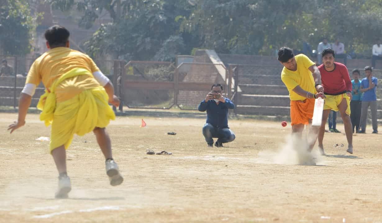 क्रिकेट टूर्नामेंट को देखने के लिए लोग पहुंच रहे है.