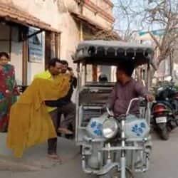 सदर अस्पताल से महिला के शव को ई रिक्शा में ले जाते परिजन