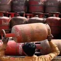 घरेलू गैस सिलेंडर 25 रुपए महंगा हुआ.