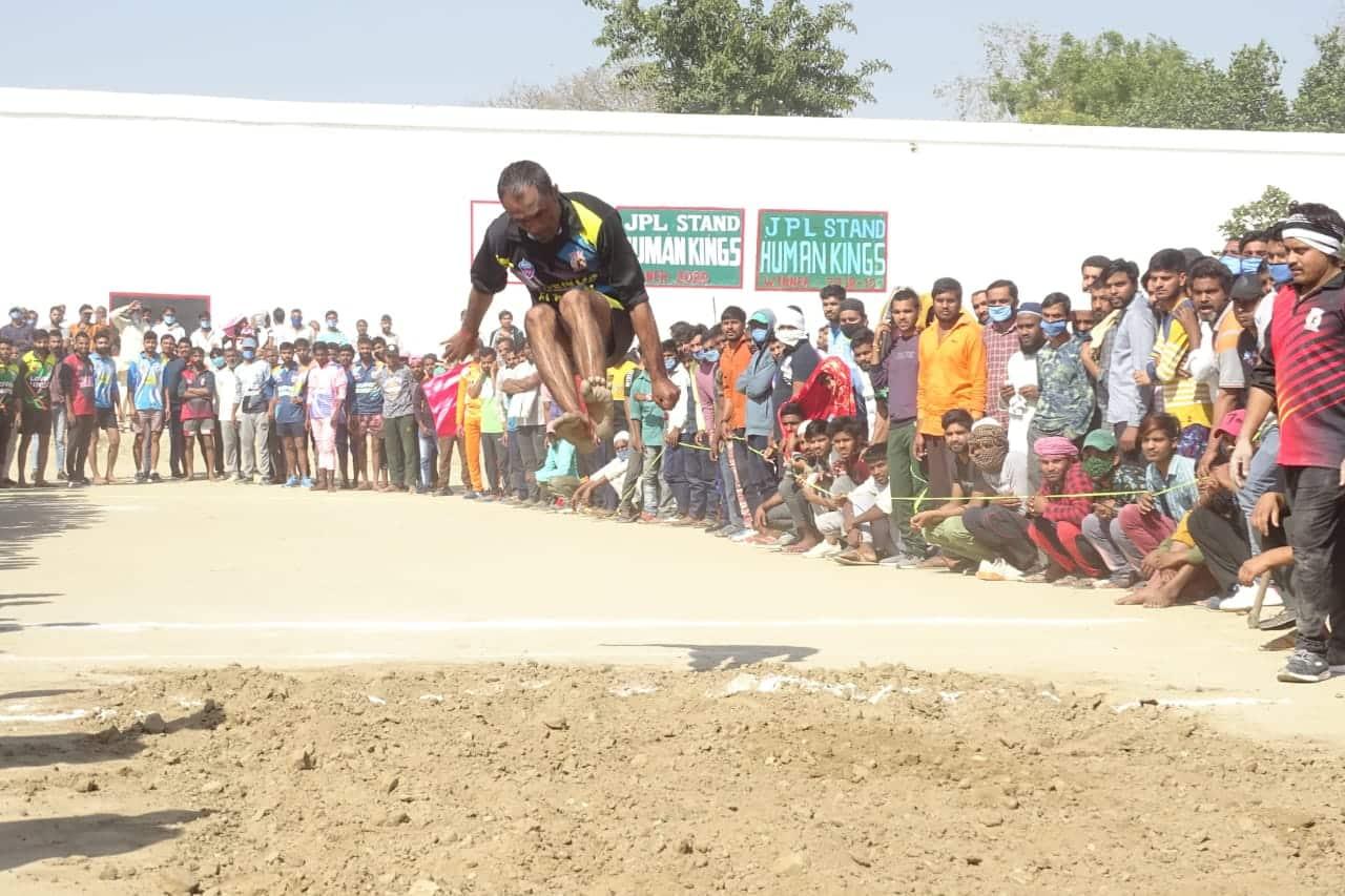 प्रतियोगिता में ऊंची छलांग का भी आयोजन किया गया.