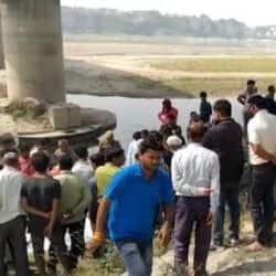 गंगा की चंदन घाट में उपस्थित लोगों की भी भीड़