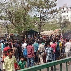 बच्चे की मौत के बाद सड़क पर हगामा करते लोग.