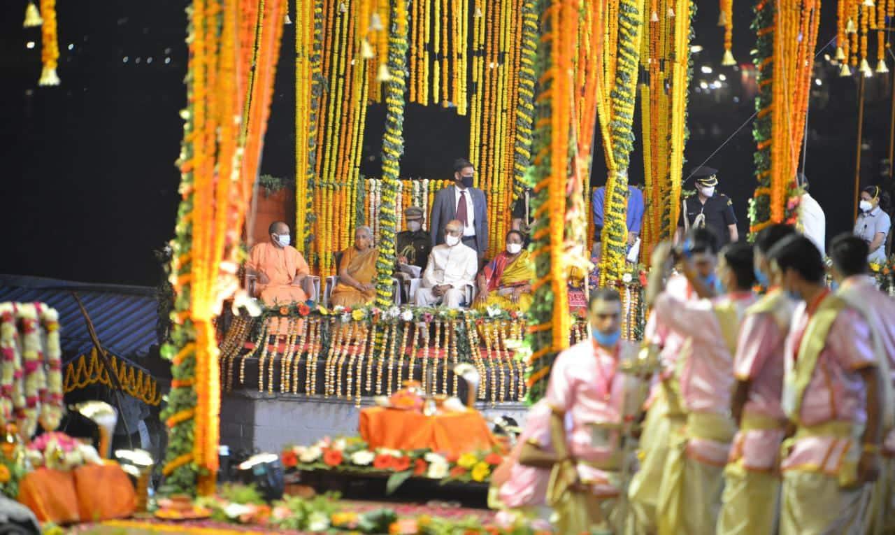 राष्ट्रपति ने दशाश्वमेध घाट पर गंगा पूजन और गंगा आरती में हिस्सा लिया.