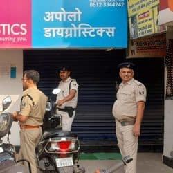 पटना में दिनदहाड़े अपराधियों ने कैश जमा करते समय सिक्योरिटी गार्ड को गोली मारकर 9 लाख रुपए लूट लिए.