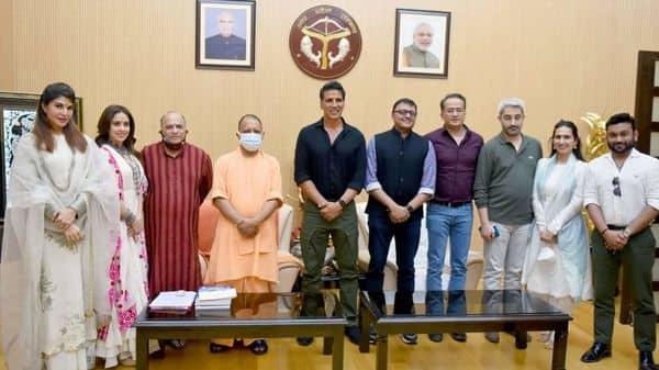 फिल्म 'राम सेतु' के कालाकारों ने मुख्यमंत्री योगी आदित्यनाथ से मुलाकात की.