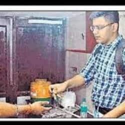 मेरठ एएसपी ने स्टूडेंट बनकर मारा छापा, होटलों में अवैध रूप से बिक रही शराब पकड़ी