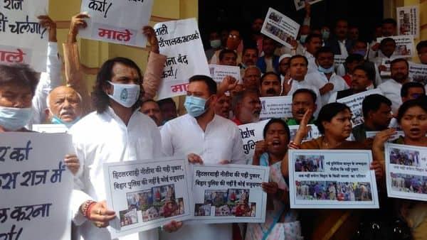 बिहार विशेष सशस्त्र पुलिस विधेयक के खिलाफ तेजस्वी यादव और तेजप्रताप यादव ने विधानसभा गेट पर प्रदर्शन किया.