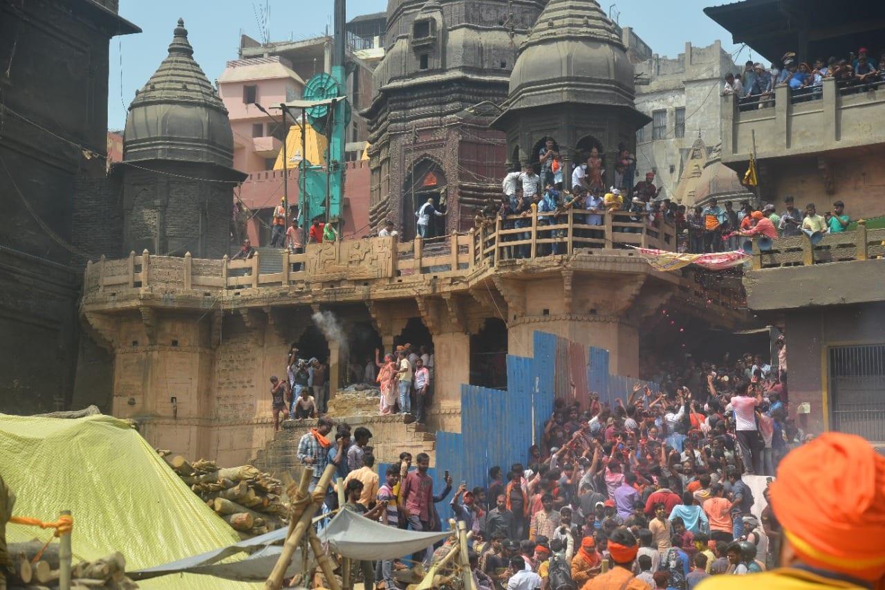 मणिकर्णिका घाट पर शिव की भस्म होली में घाट पर इतनी भीड़ थी की लोगों के पैर रखने की जगह नहीं थी, तो लोग आसपास के छतों से भस्म और गुलाल उदय रहे थे.