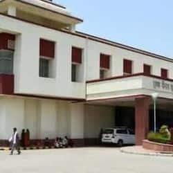 डॉक्टरों का आरोप है कि अस्पताल में मानव संसाधन समेत अन्य सुविधाओं की पर्याप्त व्यवस्था नहीं है.