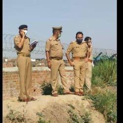 कानपुर में घटनास्थल की जांच करते एसीपी बाबूपुरवा व अन्य पुलिस कर्मी