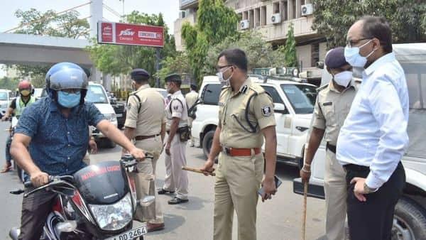 पटना में बाइक सवार को चेकिंग करते पुलिस के अधिकारी.