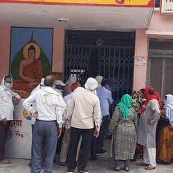 हरहुआ प्राथमिक स्वास्थ्य केन्द्र पर वैक्सीनेशन के दौरान मनमानी से स्थानीय ग्रामीणों में भारी गुस्सा है.