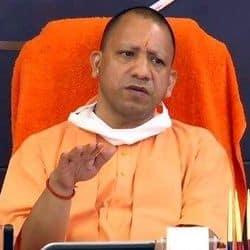 यूपी के मुख्यमंत्री योगी आदित्यनाथ ने कोविड को लेकर अधिकारियों के साथ मीटिंग की.