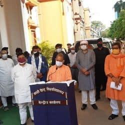 वाराणसी पहुंचे CM योगी आदित्यनाथ, DRDO के कोविड अस्पताल का लिया जायजा