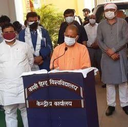 वाराणसी: कोरोना संक्रमित के घर पहुंचे CM योगी, दी मेडिकल किट, ग्रामीणों ने की ये मांग